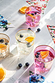 Aromatisiertes Wasser mit Heidelbeeren und Orangen