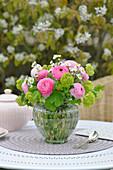 Frühlingsstrauß mit Ranunkeln und Blüten des Schneeballs