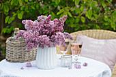 Vase mit Fliederblüten