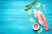 Frischer Tilapia mit Zitronen und Gewürzen