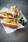 Hotdogs nach Chicago-Art mit Essiggurken