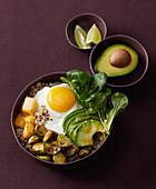 Quinoa-Bowl mit Röst-Rosenkohl, Steckrüben und Spiegelei