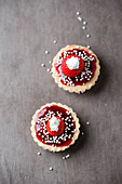 Tartelettes with strawberries, cream, red groats and quinoapops