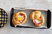 Ei mit Schinken und Frischkäse im Brötchen gebacken