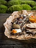 Ziegenkäse mit Moltebeeren-Marmelade und Schokoraspeln
