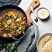 Fleischeintopf mit Möhren und Lauch, dazu Reis