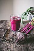 Rote-Bete-Smoothie mit Sesam auf Holztisch