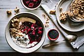 Breakfast Bowl mit Reis, Quinoa, Granola, Joghurt und Beeren
