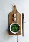 Maki-Sushi mit Algensalat (Japan)