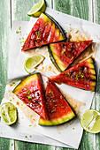 Gegrillte Wassermelonenschnitze mit Limetten
