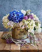 Frühlingsstrauß mit Hortensienblüten und Flieder