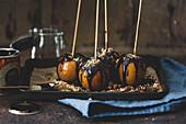 Halloween-Toffeeäpfel mit Nüssen