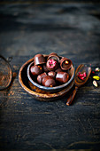 Rohe Schokoladentrüffeln mit gefriergetrockneten Himbeeren