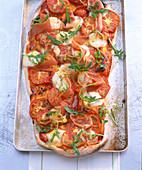 Pizza mit Tomaten, Rucola und Parmaschinken
