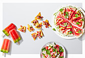 Popsicles, Salsa, Pizza und Salat mit Wassermelone