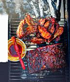 Gegrillter marinierter Schweinebauch mit BBQ-Sauce
