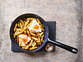 Potato finger pasta with ham and fried eggs