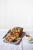 Bakewell Cake mit Schokolade und Kirschen