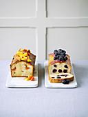 Drizzle Cakes mit Pfirsichen und Blaubeeren