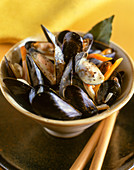 Steamed mussels with carrots and bay leaves