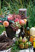 Herbst-Arrangement mit Gesteck aus Dahlien, Hortensienblüten und Chinaschilf