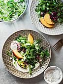 Salat mit Mikrokräutern, Ricotta und Pfirsichen