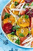 Zitrusfrüchtesalat mit Sprossen und Kernen (Nahaufnahme)