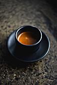 Ein Espresso in schwarzer Keramiktasse