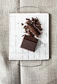 Dunkle Schokolade, teilweise gehackt