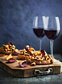 Toast with mushrooms and beetroot chips