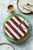 Italienische Tiramisu-Torte dekoriert mit Streifenmuster