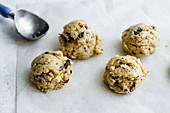 Chocolate Chip Cookies zubereiten: Teig mit Eiskugelformer auf Backpapier geben