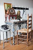 Vintage Schreibtisch mit Tischuhr und Büste und antiker Stuhl