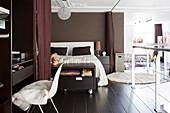Elegantes Schlafzimmer in Brauntönen in Loft-Wohnung