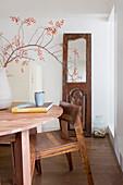 Alte Tür mit Spiegel vor Tisch und Stuhl aus Holz im Esszimmer
