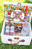 Picknickkkorb mit Geschirr und Getränken