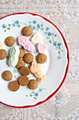 Pfeffernüsse und weihnachtliches Konfekt auf Teller