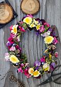 Blumenkranz aus Wicken, Strohblumen, Chrysanthemen, Fetthenne und Goldrute