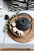 Marmorkuchen vom Blech neben asiatischer Teekanne