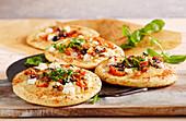 Sfincione (Pizza aus Sizilien) mit Basilikum, Sardellen, Ziegenkäse, Pecorino, Oliven und Peperoncini