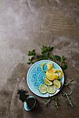 Limetten, Zitronenschale und Kräuter