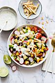Veganer Taco-Salat mit Avocado, schwarzen Bohnen und Mais