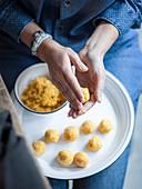 Curry-Kürbis-Bällchen zubereiten
