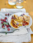 Crepes gefüllt mit Aprikosenmarmelade und Himbeeren