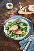 Kalbfleisch-Salsiccia-Hackbraten auf Pflücksalat