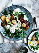 Vegetarischer Caesar Salad mit Kohl und Ei