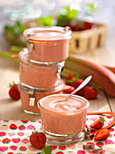 Rhabarber-Curd mit Erdbeeren