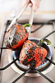 Rote Paprika auf Gasflamme anrösten