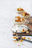Bananen-Custard mit Dattteln, Pistazien und Honeycomb