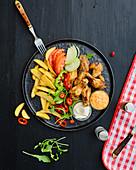 Gegrillte Drumsticks mit Kartoffelschnitzen und Dips